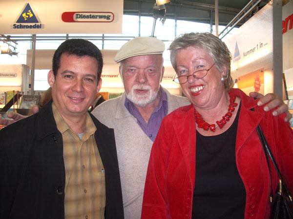 Con Peter Faecke y su esposa Mónika en la Feria Internacional del Libro de Frankfurt, 2006.