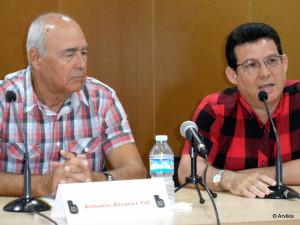 """Durante la presentación de la novela """"Annika desnuda"""", de Antonio Álvarez Gil, en la Biblioteca de Guardamar, 21 de agosto de 2015."""
