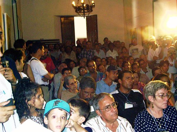 Waldo y Mayra en las primeras filas durante la presentación oficial (última) de la Colección Cultura Cubana en la Feria Internacional del Libro, La Habana, 2004. Foto: Amir Valle