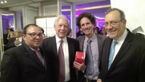 El periodista Roberto de Jesús Guerra, Vargas Llosa, el periodista Boris González Arenas y el periodista y escritor Carlos Alberto Montaner.