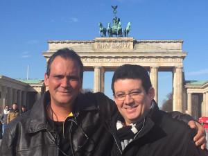 Con Gabriel Cortina, en la Puerta de Brandenburgo, en Berlín, abril de 2016.