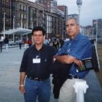 Mit dem kubanischen Schriftsteller Antonio Álvarez Gil, in Semana Negra. Gijón, Spanien, 2002.