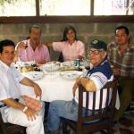 In Havanna, neben dem Journalist José Manuel Martín Medem (Korrespondent der spanischen TVE - Fernsehensendung in Kuba). Sitzt auf der rechten Seite: den kubanischen Schriftstellern Angel Santiesteban (Hintergrund) und Luis Adrián Betancourt. Havanna, Kuba, 2005.