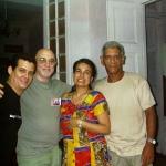 In seinem Haus in Havanna, mit dem argentinischen Schriftsteller Vicente Battista und dem kubanischen Schriftsteller Alejandro Alvarez Bernal (rechts begleitet von seiner Frau Suyin). Havanna, Kuba, 2004.