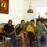 In der Wohnung der kubanischen Schriftstellerin Susana Haug Morales, mit den kubanischen Schriftstellern Guillermo Vidal (Links) und Jesús David Curbelo. Havanna, Kuba, 2004.