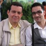 """Mit seinem Sohn Toni Medina, Designer und Webmaster seiner Website (amirvalle.com) und der Website """"OtroLunes - Revista Hispanoamericana de Cultura"""". Berlin, Deutschland, Juni 2011."""