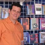 """""""Festival de la Palabra"""" von San Juan. Auf dem Stand des Plaza Mayor Verlags, neben zwei seiner Bücher. Puerto Rico, Mai 2010."""