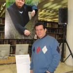 """Foto-Ausstellung """"Heimat-Fremde-Exil. Porträts Kubanischer Schriftsteller"""" von Anna Weise. Lesung aus seiner Arbeit als Teil der Foto-Ausstellung. Berlin, Deutschland, Januar 2011."""