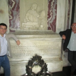 """In Ravenna, vor dem Grab von Dante Alighieri, begleitet von spanischen Schriftsteller Juan Madrid, während der Festival of Schwarzliteratur """"GialloLuna NeroNotte"""". Ravenna, Italien, September 2012."""