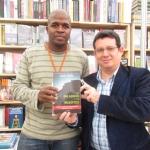 En la Feria Internacional del Libro de Medellín, un librero vendía una vieja edición de su más elogiada novela. Medellín, Colombia, septiembre 2013.