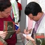 "International Book Fair, Havana 2004. Presentation of his novel ""Los desnudos de Dios"". Signing copies. Havana,  Cuba, February 2004."