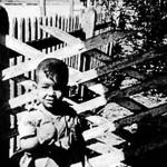 Amir Valle en el patio de su casa