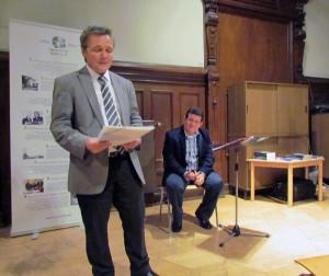 El Dr. Claudio Zettel, presidente del Ibero Club Bonn hace las palabras de presentación sobre Amir Valle.