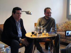 Amir Valle y Giovanni Agnoloni durante la presentación de sus novelas en la librería hispana La Rayuela, en Berlín.