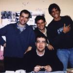 Con los españoles Javier Azpeitía (a su derecha) y José Huerta (sentado), de la editorial Lengua de Trapo, y el uruguayo Daniel Mella, Madrid, España, 1999.