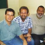 Con los cubanos Agustín de Rojas y Lorenzo Lunar, Santa Clara, Cuba, 2002.