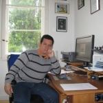 """""""Noviembre de 2009 fue un mes en el que se abrió un nuevo camino en mi vida de desterrado: Alemania nos acogió bajo su protección"""". En su casa en Berlín, Alemania, 2010."""