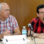 """Presentando la novela """"Ánika desnuda"""", del escritor cubano Antonio Álvarez Gil, en la biblioteca de Guardamar del Segura, España, 21 de agosto de 2015."""