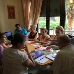 Impartiendo un taller de técnicas narrativas a los miembros de la Tertulia Literaria de Guardamar del Segura, en España, agosto de 2016.