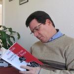 """Leyendo por primera vez, ya impresa, su novela """"Nunca dejes que te vean llorar"""", publicada por Grijalbo, marzo 2015."""
