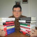 En una foto para un artículo sobre su vida y obra, junto a sus libros de los últimos 10 años, mayo 2015.