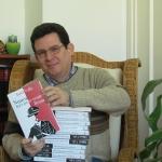 """Con sus ejemplares de autor de la novela """"Nunca dejes que te vean llorar"""", publicada por Grijalbo, marzo 2015."""