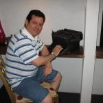 Ante una máquina de escribir como la que tuvo en Cuba, en sus primeros tiempos de escritor. San Juan, Puerto Rico, mayo 2010.
