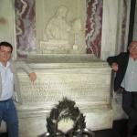 "En Ravena, visitando la tumba de Dante Alighieri junto al escritor español Juan Madrid, durante el Festival de Literatura Negra ""GialloLuna NeroNotte"". Ravena, Italia, septiembre 2012."