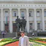 Ante la Universidad San Clemente de Ohrij. Sofia, Bulgaria, Mayo 2013.