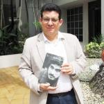"""Con el primer ejemplar de su más reciente novela biográfica: """"Hugo Spadafora - Bajo la piel del hombre"""". Panamá, noviembre 2013."""
